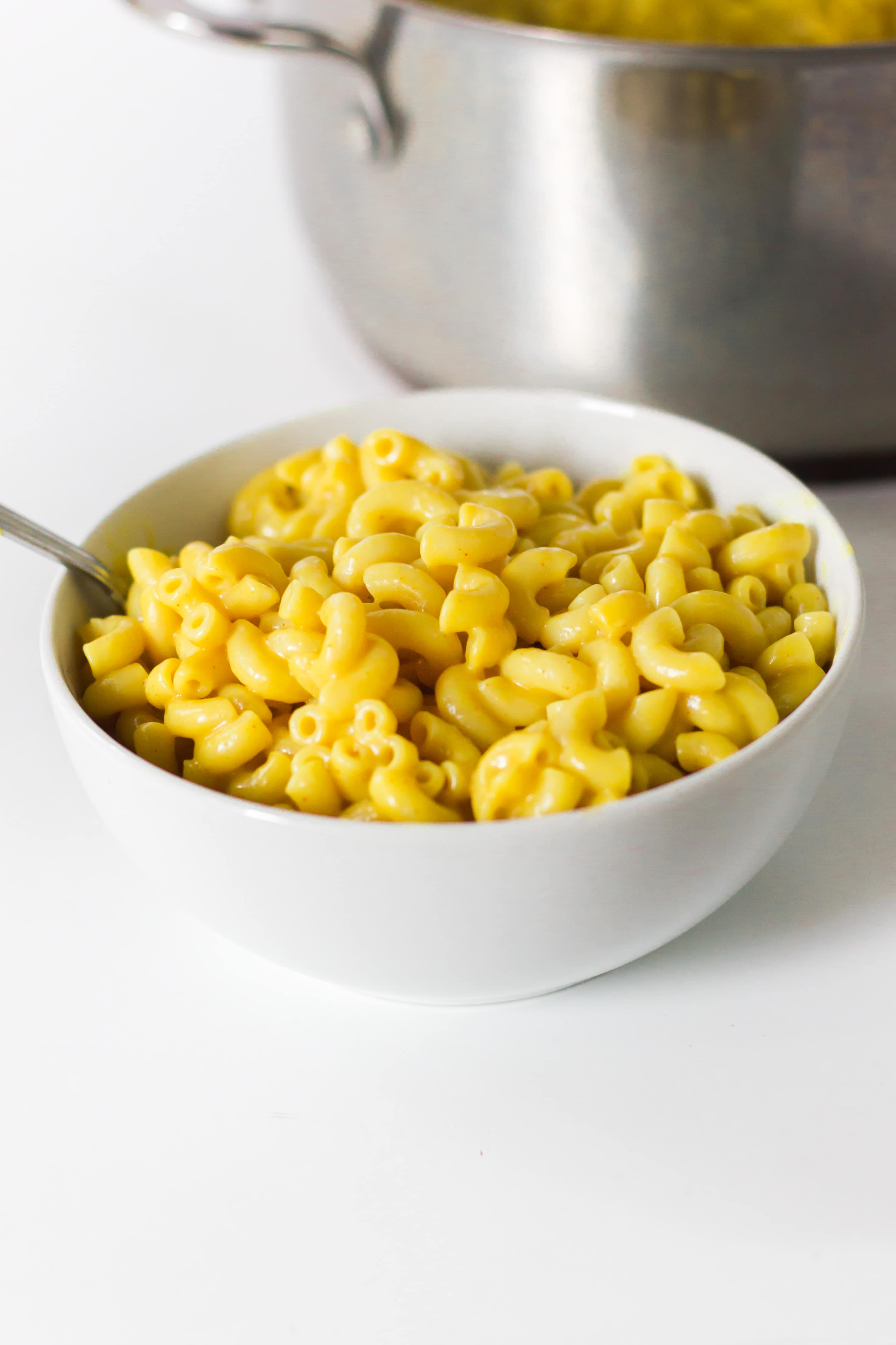 Easy vegan mac and cheese. This tasty and quick recipe is ready in 10 mins! #vegan #pasta